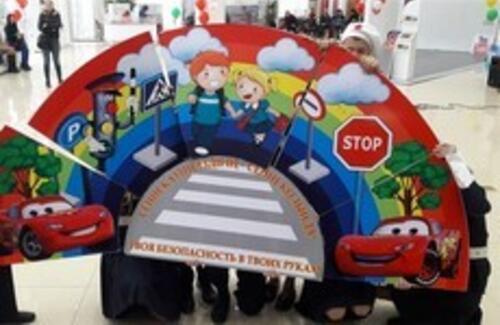 Японский робот Тойо обучает детей правилам дорожного движения