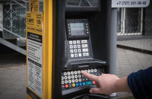 На платных парковках в Алматы будут выдавать сдачу