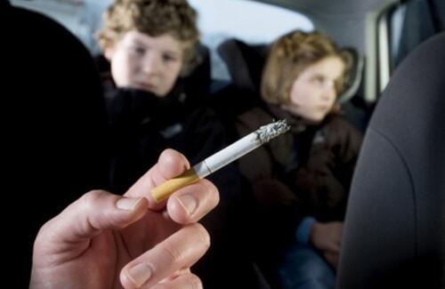 Казахстанцам запретят курить в машинах с детьми